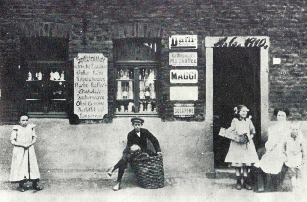 "Small shop ""en der mur'k"" 1910"